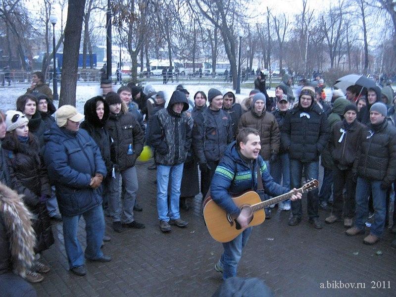 Un amateur chante un morceau d'un musicien célèbre Chevtchouk