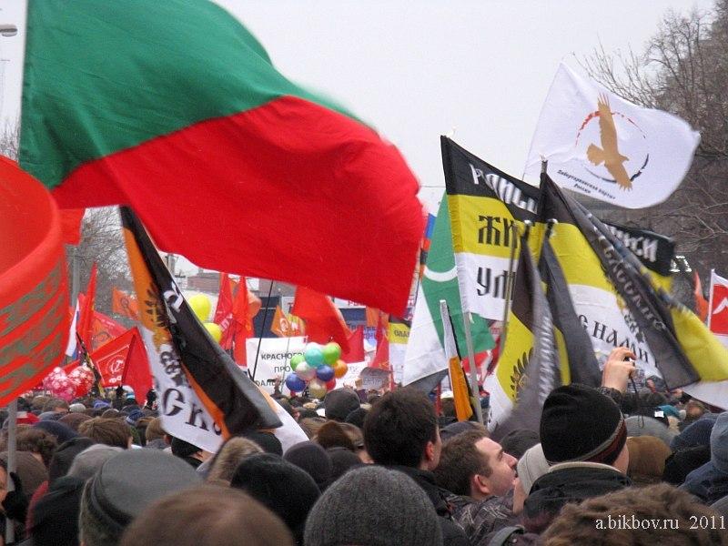 Les drapeaux de toutes les couleurs, superposés