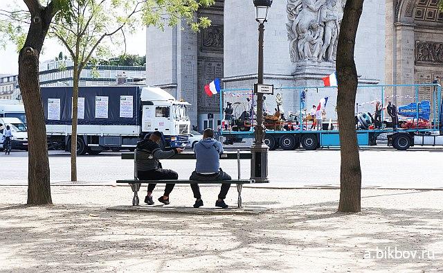 Place Etoile Paris: escargot des forains en protestation